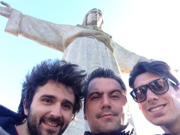 """Roberto """"Popy"""" Nardini (al centro) con due suoi amici presso il Santuário Nacional de Cristo Rei di Almada"""
