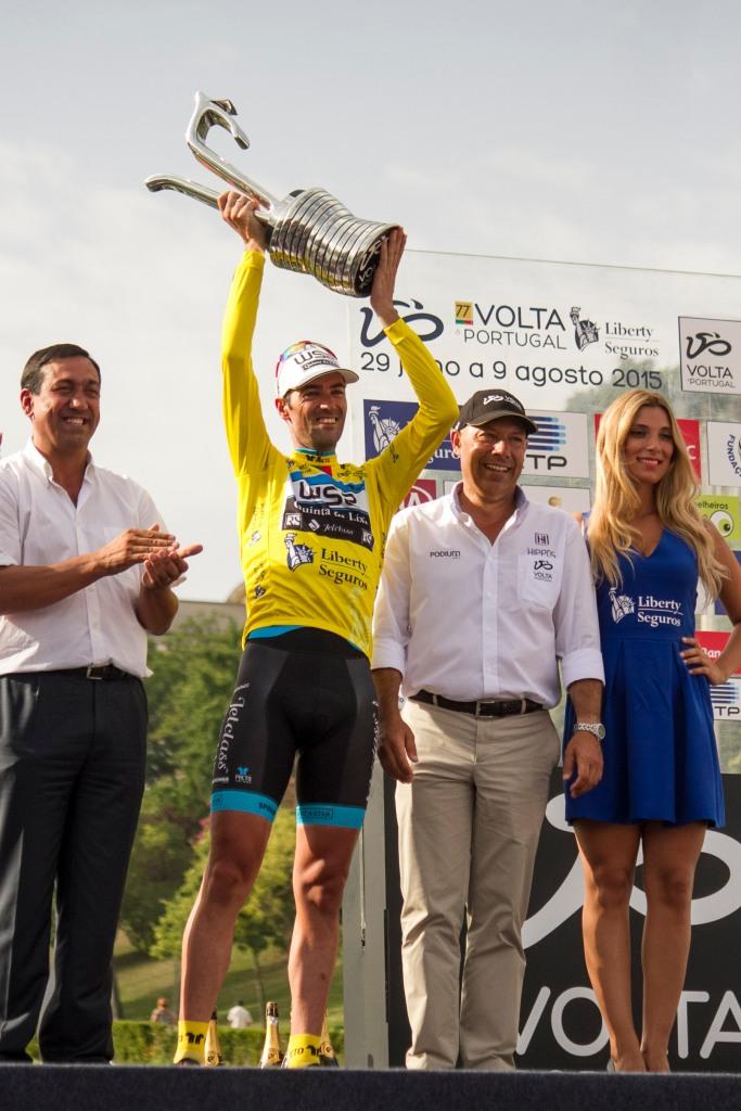 Gustavo Veloso alza il trofeo della Volta a Portugal - foto di Luca Onesti